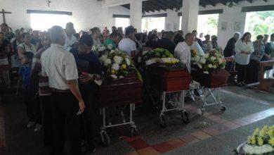 Photo of Con sepelio colectivo despiden a las víctimas en atentado por un piropo
