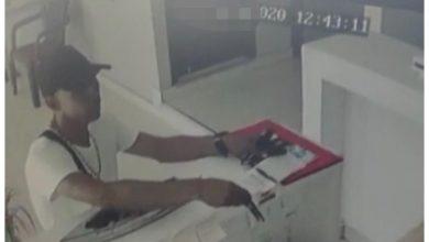 Photo of ¡Ojo! Llegó a pedir limosina y se robó un celular sin que nadie se diera cuenta
