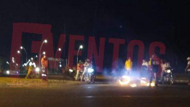 Photo of Dos hombres a bordo de una moto, tropezaron, cayeron y esta se incendió