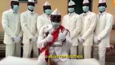 """Photo of """"Quédense en casa o bailen con nosotros"""", el mensaje de los bailadores de féretros"""
