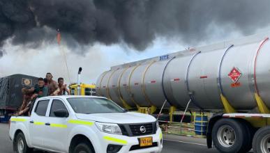 Photo of Camión cisterna se volcó y explotó en la vía a Barranquilla
