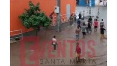 Photo of En Pescaíto se olvidaron del covid-19 y salieron a bañarse en la lluvia