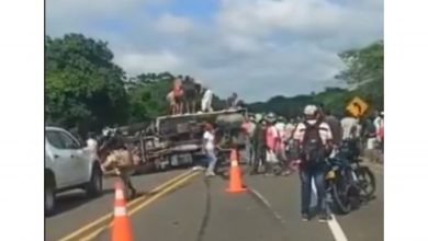 Photo of Capturan a 12 personas por saquear camión volcado en la vía Cartagena-Barranquilla