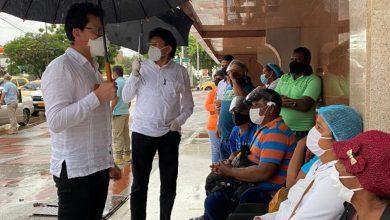 Photo of Gobernador Caicedo realiza recorrido por clínicas de Barranquilla y Baranoa donde atienden a heridos del accidente en Puebloviejo