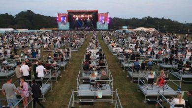 Photo of Primer concierto con distancia social en el Reino Unido, con público agrupado y alejado
