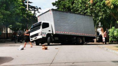 Photo of Por cráter en la vía, camión casi se voltea en Santa Marta