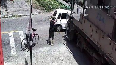 Photo of Carro se varó en plena línea férrea y la conductora vivió para contarlo
