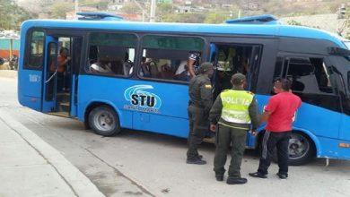 Photo of Con arma de fuego, dos delincuentes atracaron a pasajeros de una buseta en Santa Marta