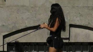 Photo of ¡El colmo! Mujer intentó evadir el toque de queda paseando a un hombre con correa
