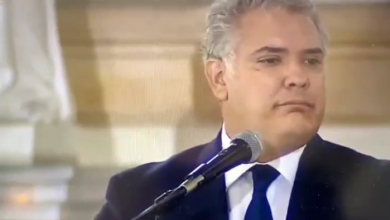 """Photo of """"Así lo querí"""": burlas a Iván Duque por error en homenaje a Carlos Holmes Trujillo"""